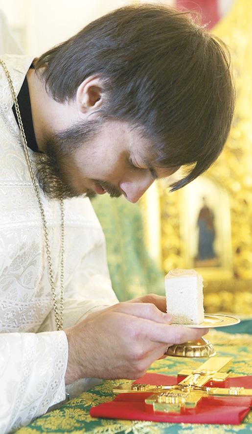 После совершения хиротонии и освящения Святых Даров архиерей дает новопосвященному часть Святого Хлеба. Священник молится Господу об укреплении в предлежащем великом и страшном служении