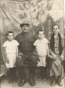 Иван Алексеевич и Мария Александровна Пакусины с детьми