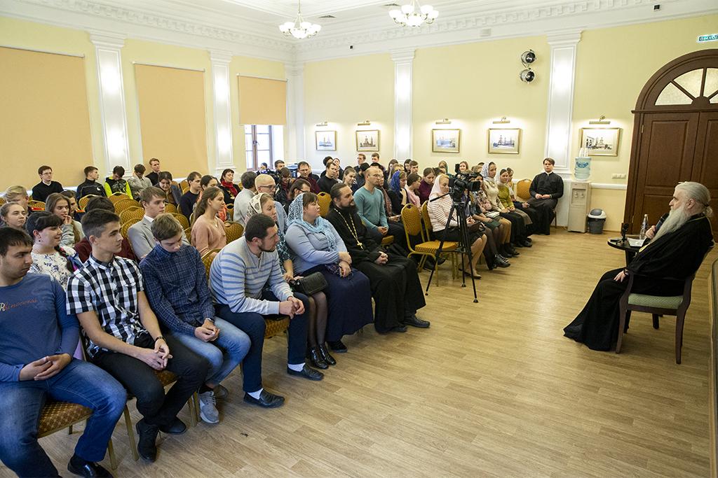 Состоялась встреча Митрополита Лонгина с православной молодежью Саратова