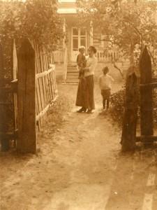 На снимках: А.В. Ланская и дети возле дома в Романовке