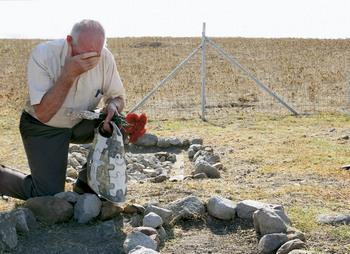 Потомок умершего на Лемносе казака на его могиле